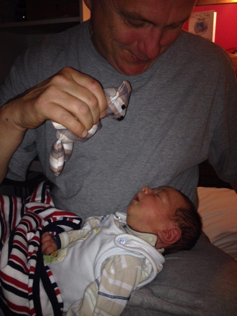 Merlin schläft auf Papas Schoß