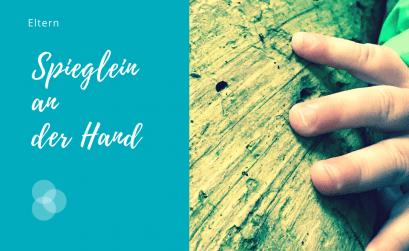 Spieglein an der Hand – Kinderhand an Baum