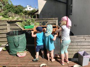 Gärtnern mit Kindern – Kristof, Merlin & Emma vor dem Hochbeet
