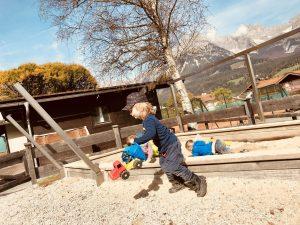 Merlin spielt mit den Kindern vom Ellmauer Kindergarten