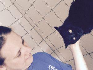 Leonie mit einer Katze im Tierheim Dachau