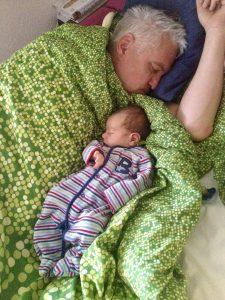 Nach der Geburt – Merlin und Papa schlafen im Wochenbett