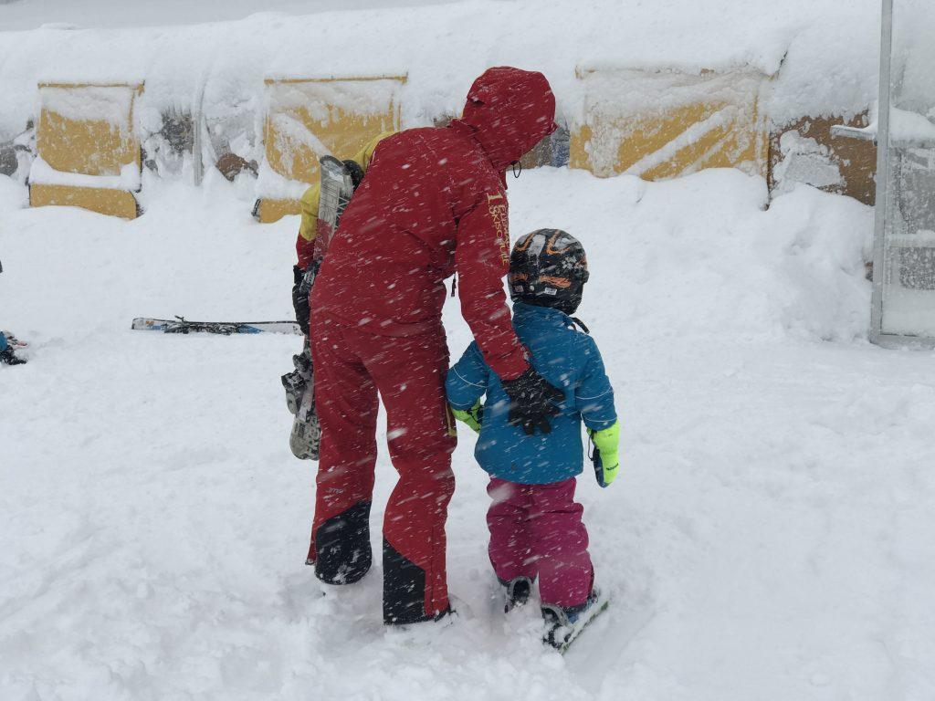 Skifahren lernen im Schneesturm macht Merlin keinen Spaß