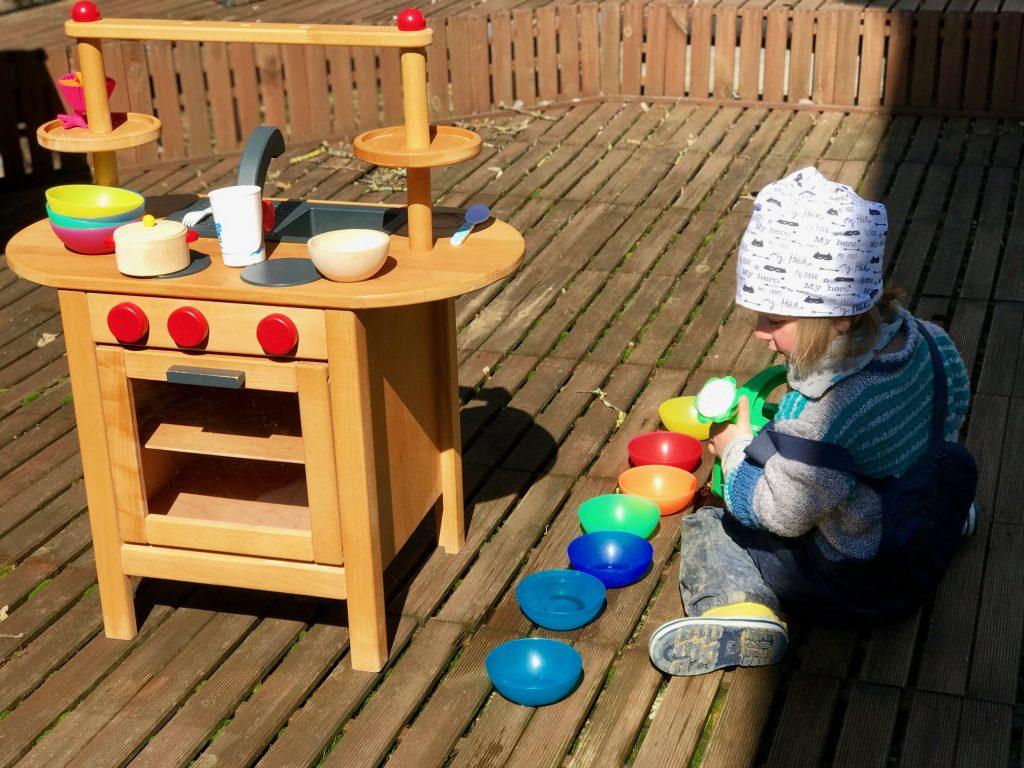 Plastik vermeiden – Merlin spielt in selbstgerechten Kleidern mit seiner Secondhand-Küche