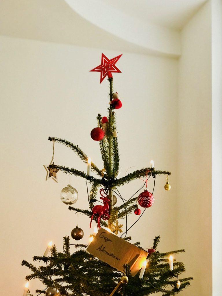 Plastik vermeiden – unser Weihnachtsbaum mit Gegen Atomstromschild