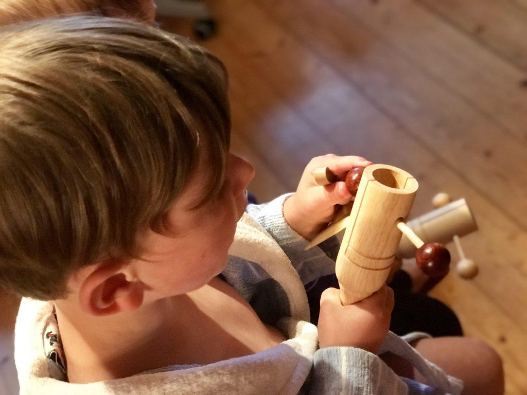 Junge mit Orff-Instrument