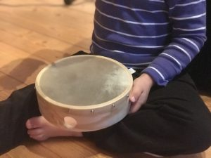 Junge mit Tambourin
