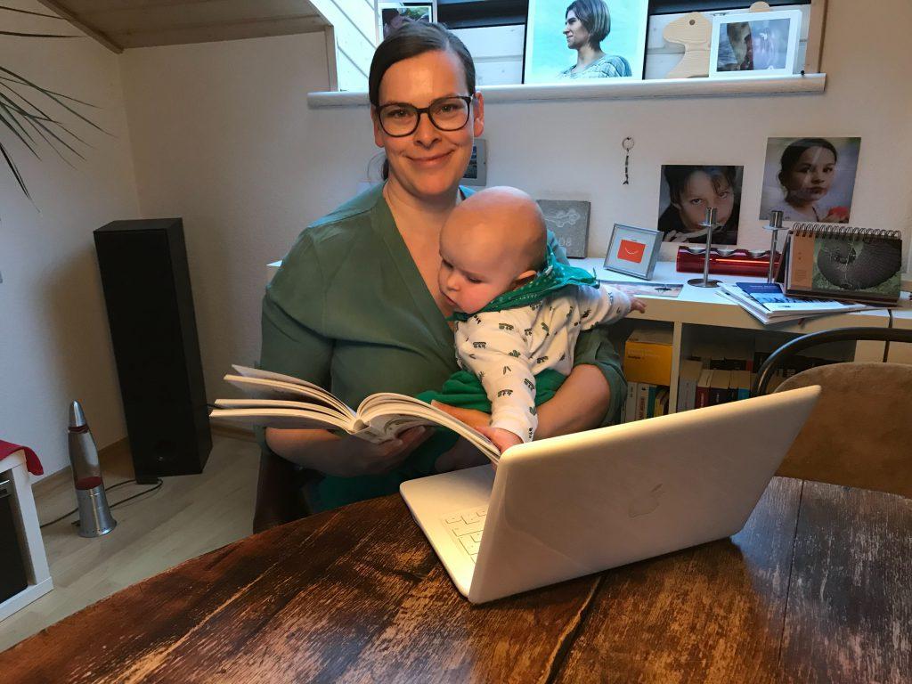 Anne macht den Onlinekurs von Aha Retreats heute mit Baby