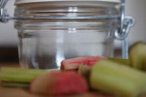 Rhabarbermarmelade – Glas und frischer Rhabarber