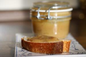 Rhabarbermarmelade im Glas und Brot mit frisch gekochter Marmelade