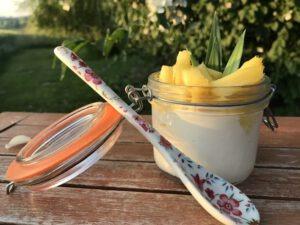 Die Joghurt-Kokoscreme wird mit frischer Ananas zubereitet.