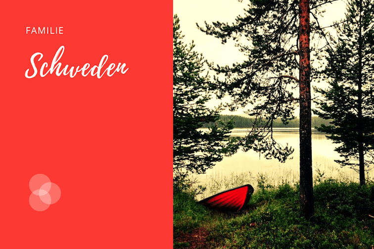 Schweden – rotes Boot liegt auf dem Ufer