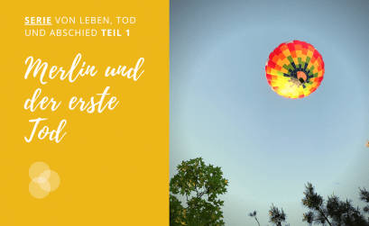Kinder und Tod – ein Heißluftballon vor blauem Himmel
