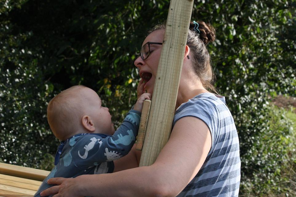 Urlaub zu Hause – Kleinkind auf Spielgerüst, Mutter daneben