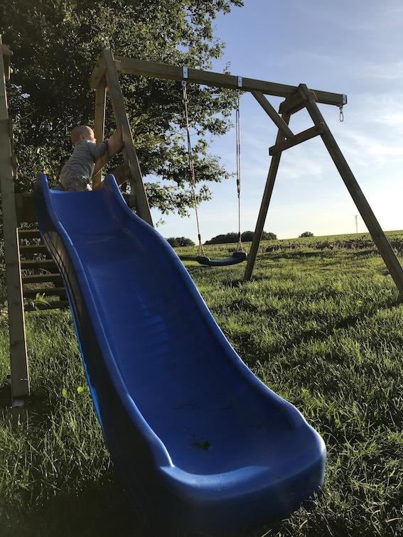 Urlaub zu Hause – Kleinkind auf Spielgerüst