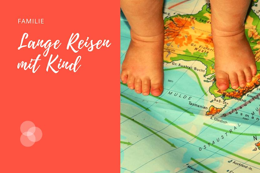 Langzeitreisen mit Kind – Kinderfüsse auf Landkarte
