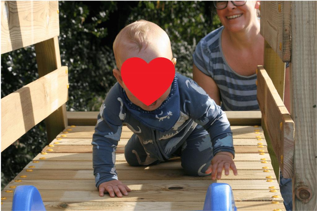 Urlaub zu Hause – Kind auf Klettergerüst