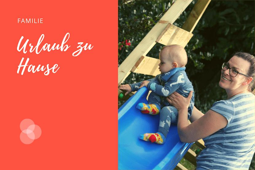 Urlaub zu Hause – Kind auf Rutsche mit Mutter daneben
