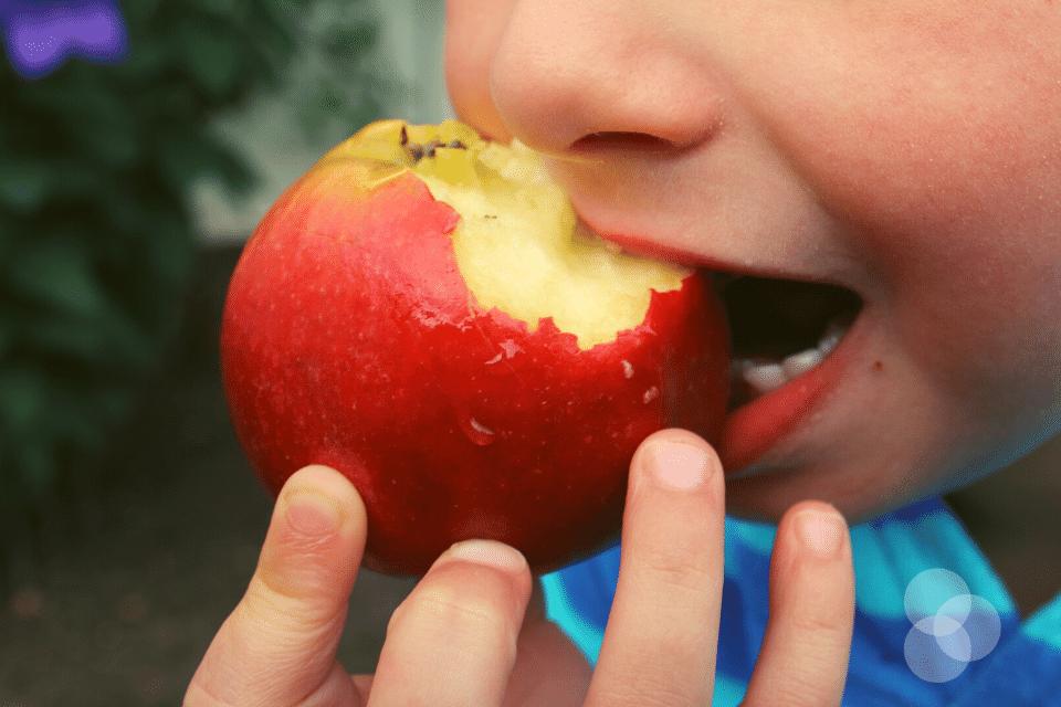 Zahnwechsel Kind beisst in Apfel