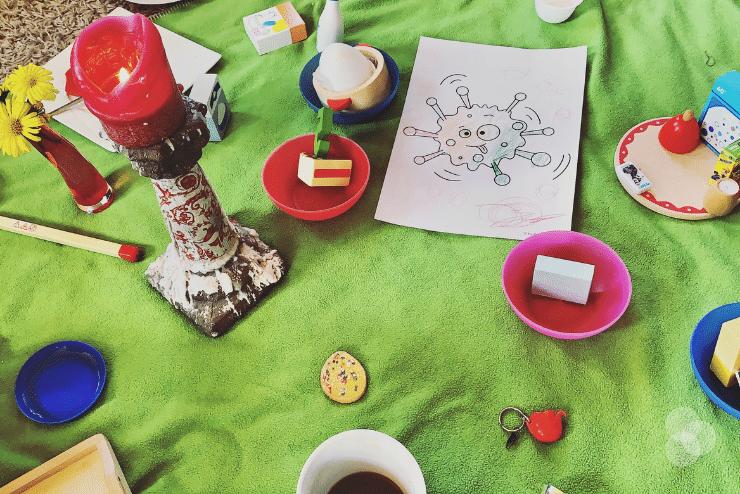 Abschiedsritaul für Oma mit Kerze, Kaffee und selbstgemaltem Bild