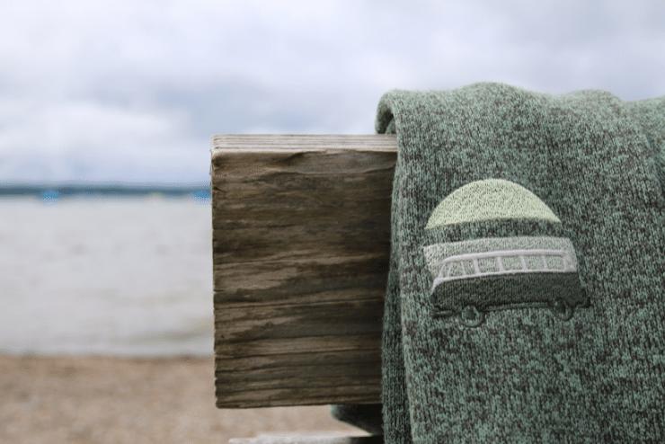 Campingplatz Starnberger See beim Fischer – Fleece von Elkline über Bank