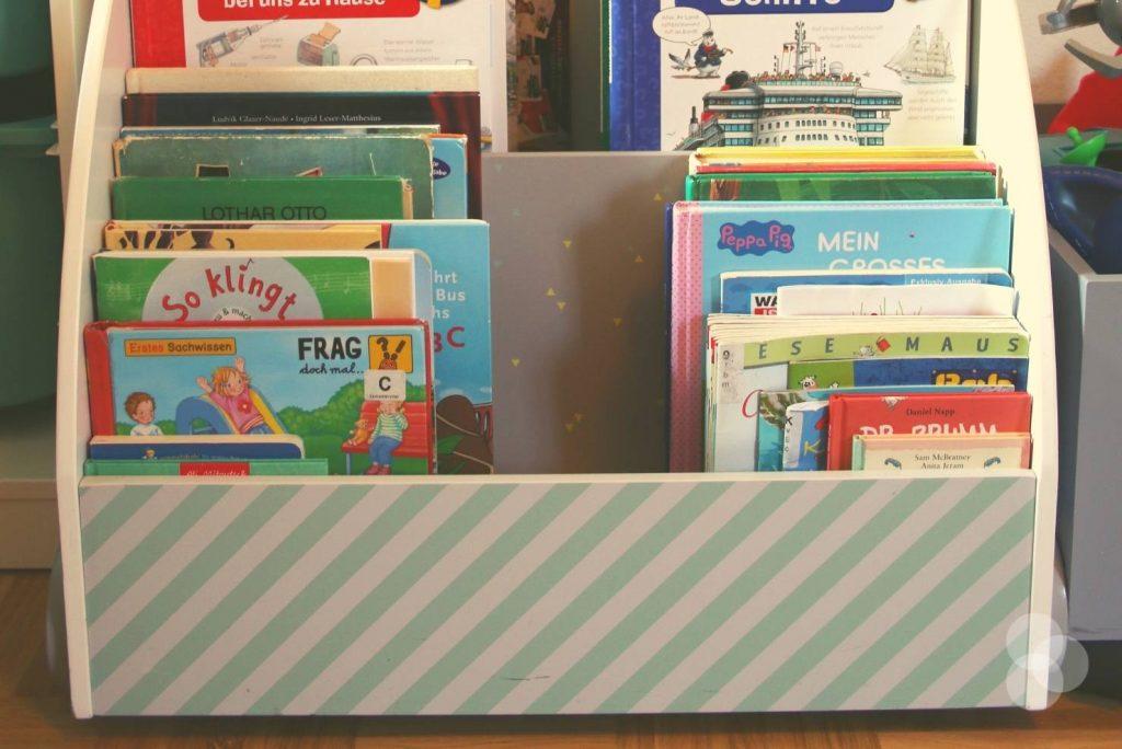Kinderzimmer Aufbewahrung – Bücherregal mit Rollen und Büchern