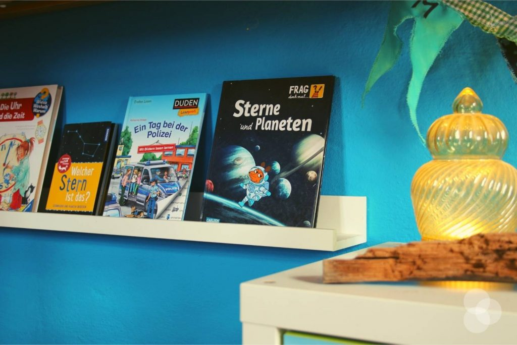 Kinderzimmer Aufbewahrung – Wandleiste mit Büchern