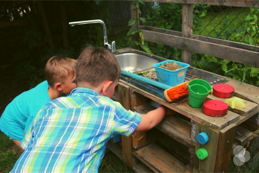 Schatzsuchen für Kinder – ein Zettel in der Matschküche